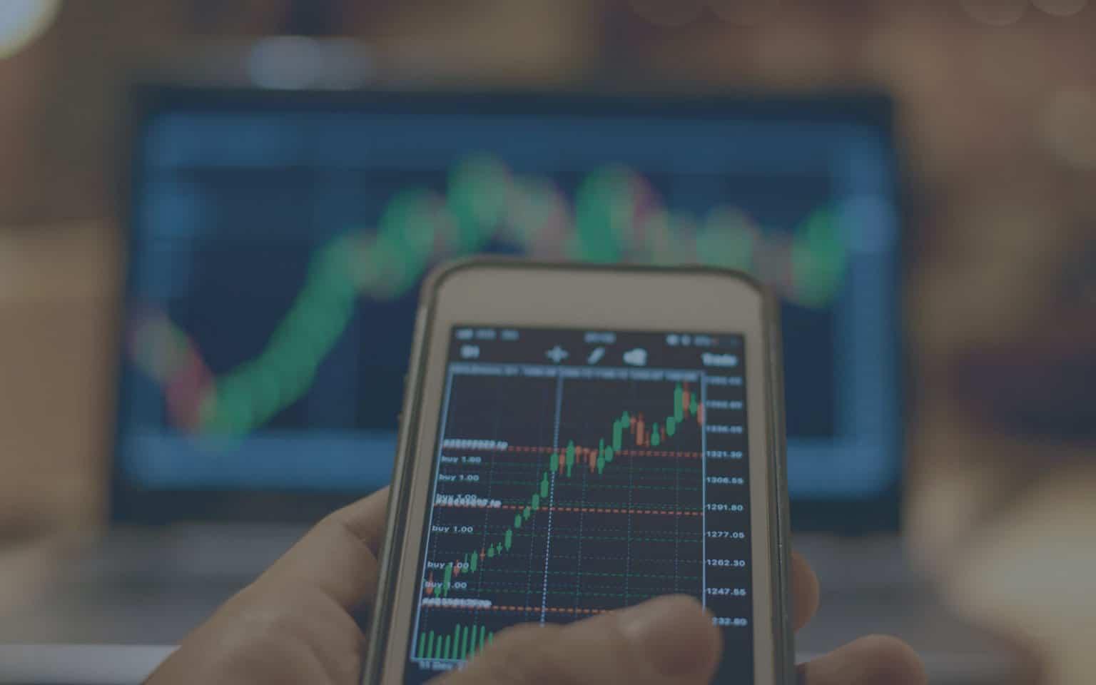 perfil moderado de investidor olhando gráficos