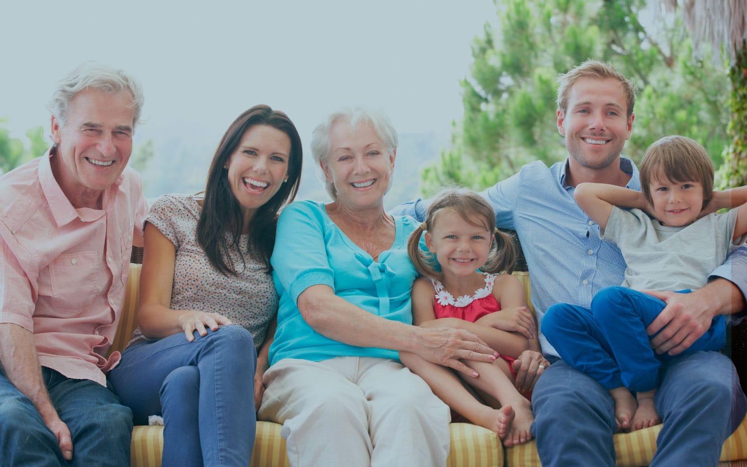 Foto de família feliz com filhos, pais e avós felizes sentados